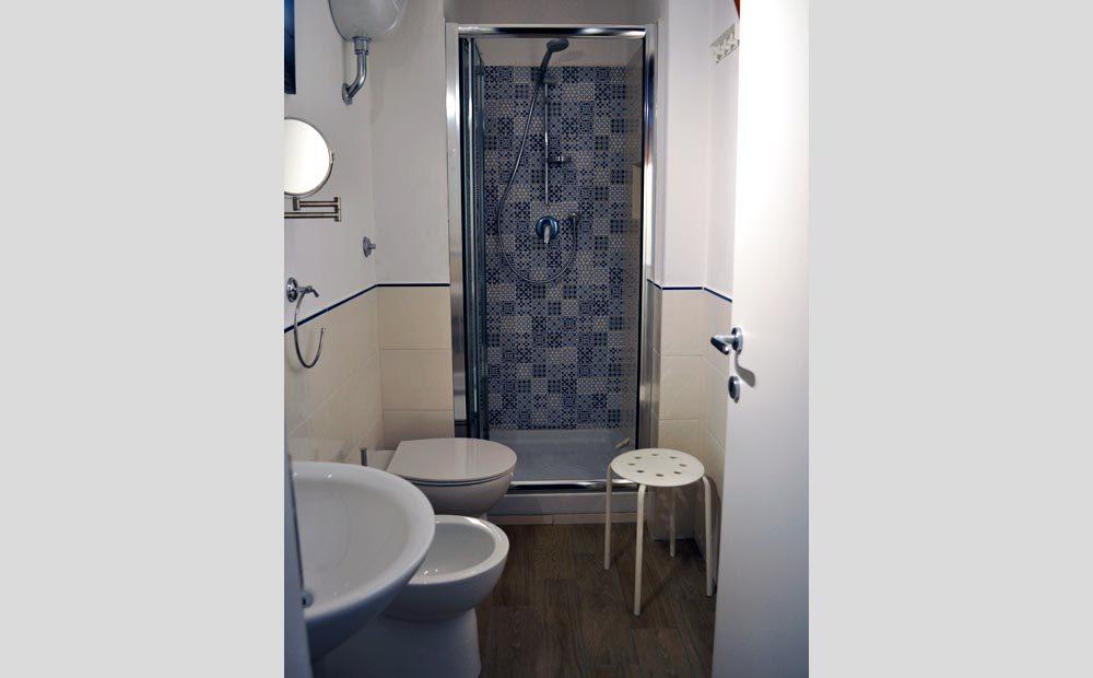 Bagni Con Doccia Foto : Bagno con doccia giglio vacanze
